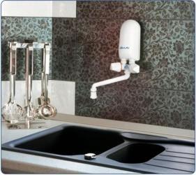 Ogrzewacz dafi zamontowany nad umywalką